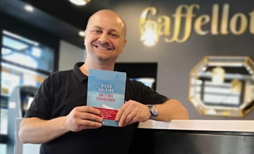 Diego Galdino con libro