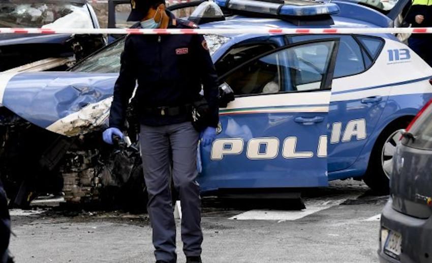 La volante guidata dal poliziotto ucciso