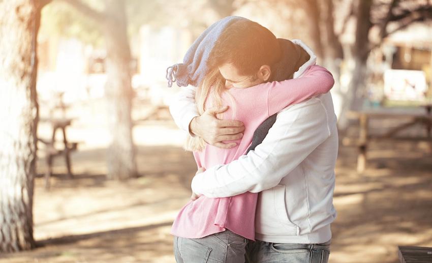 Pavia abbraccia fidanzata, multato