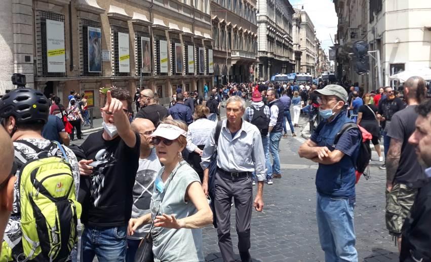 Manifestazione Roma, gilet arancioni