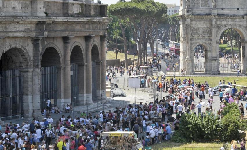 Turisti fuori dal Colosseo a Roma