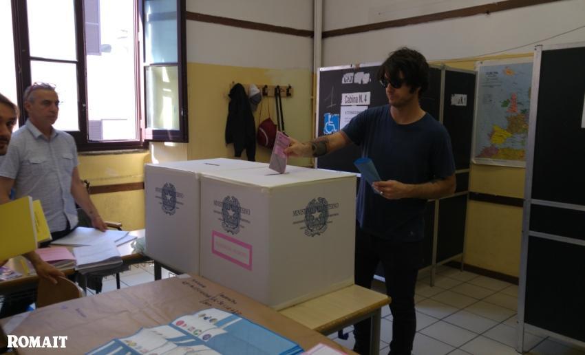 votazione in un seggio di Roma
