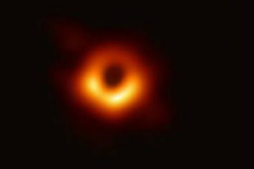 astronomia: prima foto di un buco nero