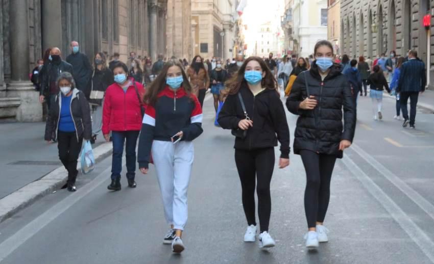 Nuovo Dpcm, giovani con mascherina