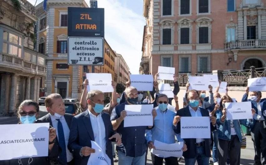 protesta per le riaperture