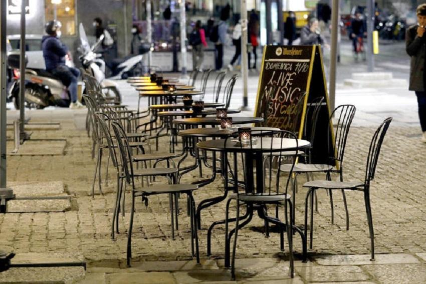 zona gialla rafforzata: tavolini all'aperto a milano
