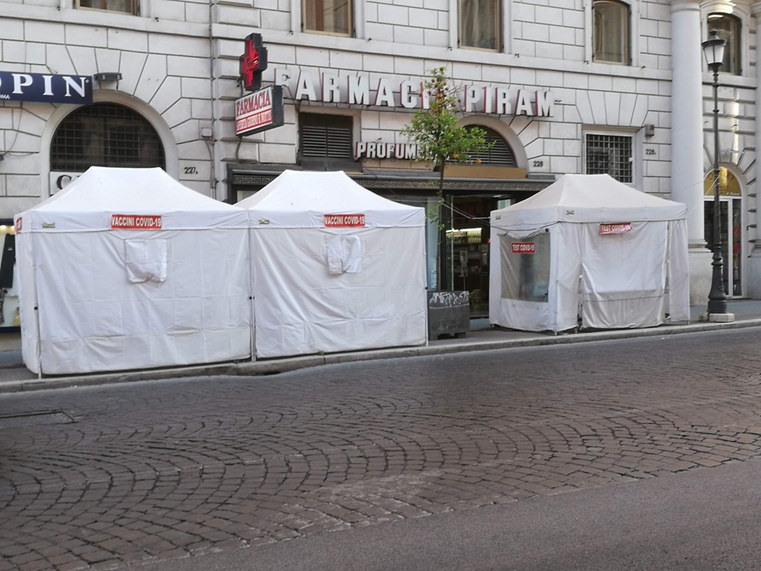 Farmacia, postazione per vaccino e test Covid (via Nazionale, Roma)