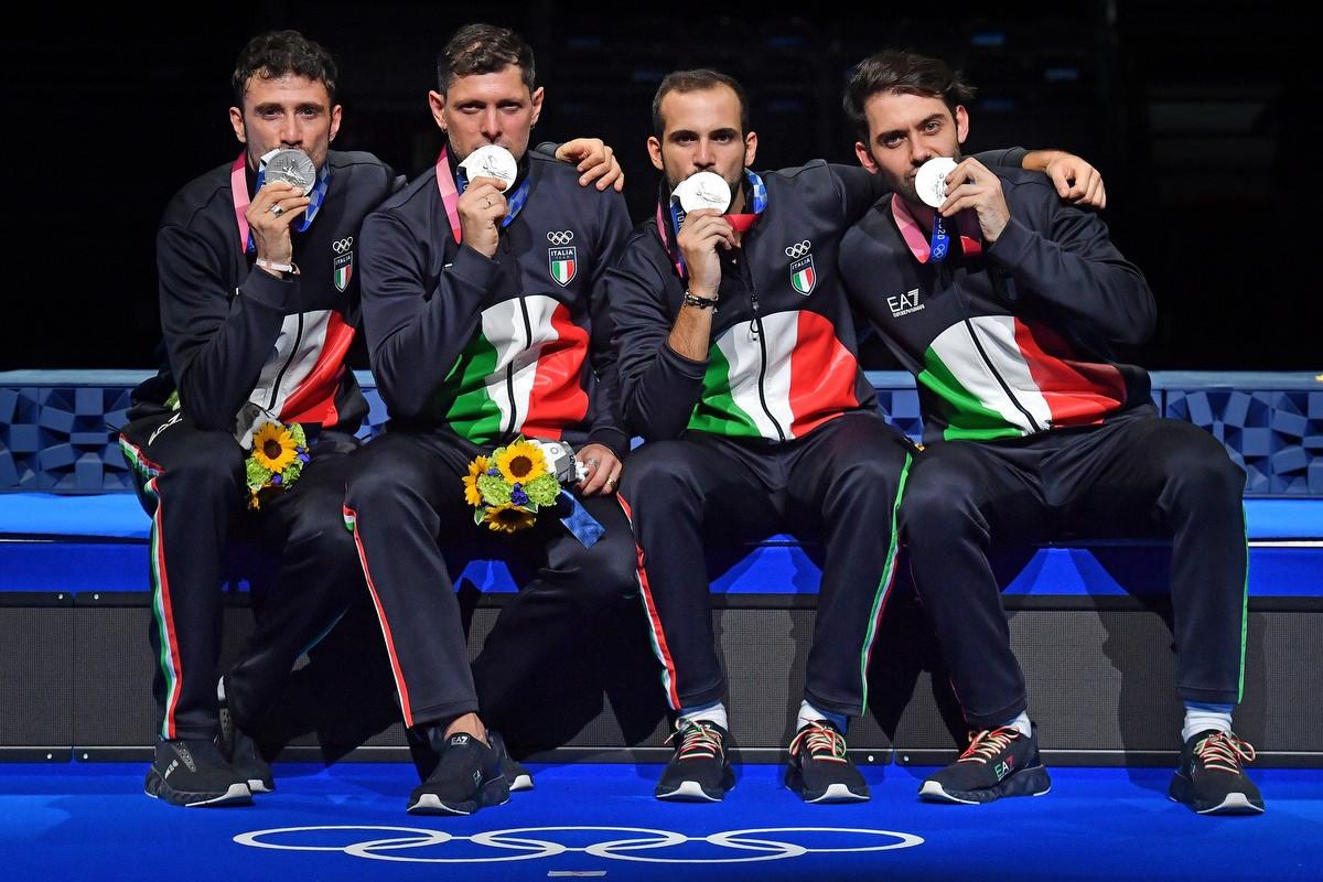 La squadra di sciabola maschile festeggia l'argento conquistato a Tokyo 2020