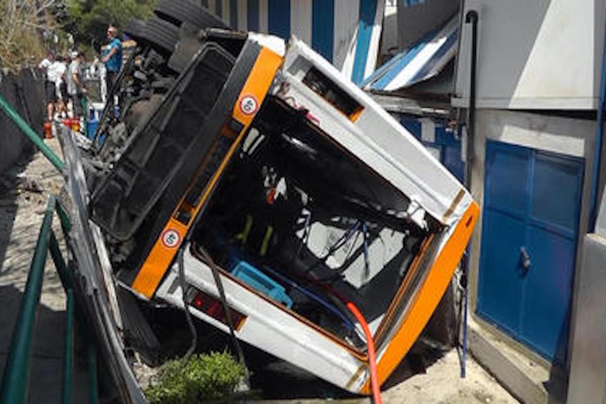 Il minibus precipitato a Capri