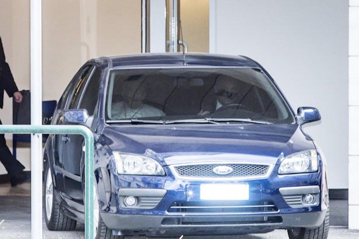 Papa Francesco in auto all'uscita del Policlinico Gemelli di Roma