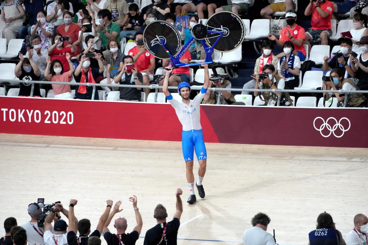 Filippo Ganna alza la bici al cielo dopo la vittoria dell'oro a Tokyo 2020