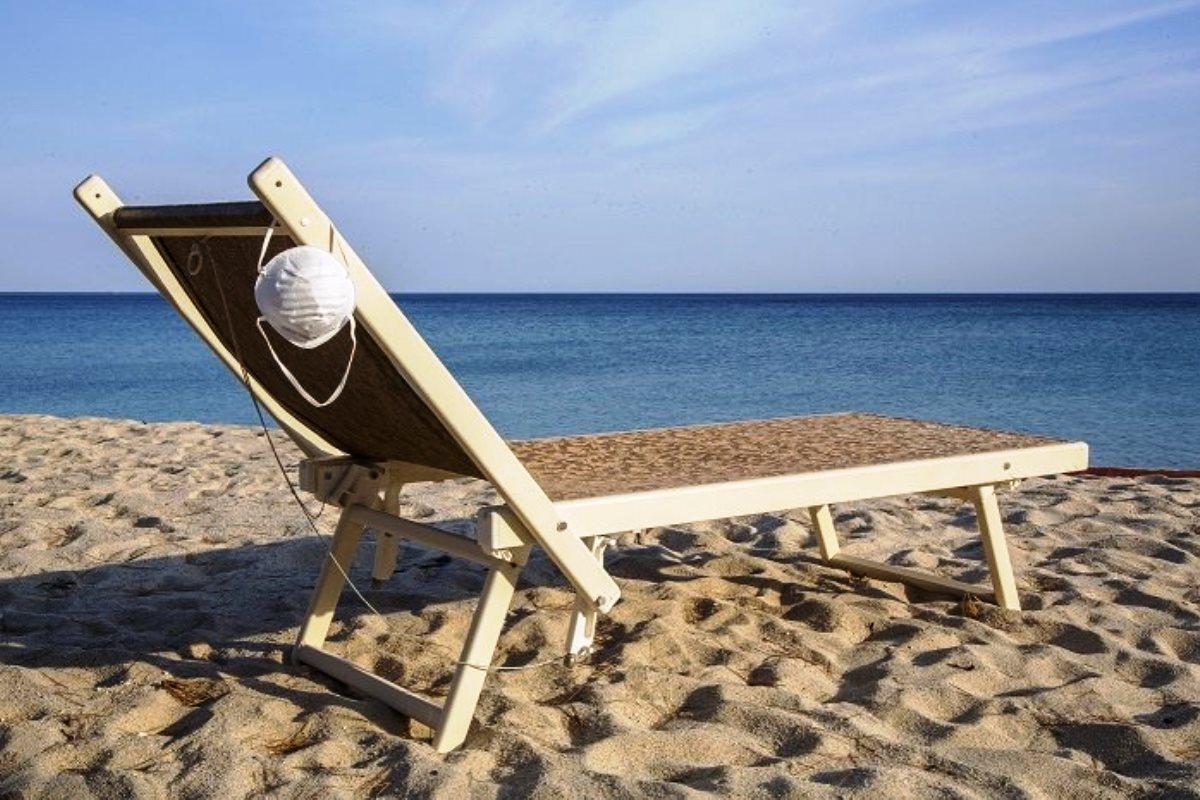 Mascherina in spiaggia