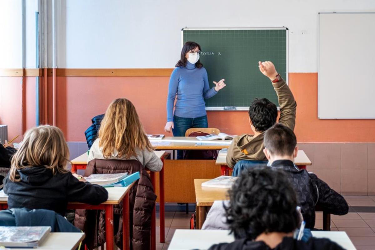 aula scolastica con studenti e docente