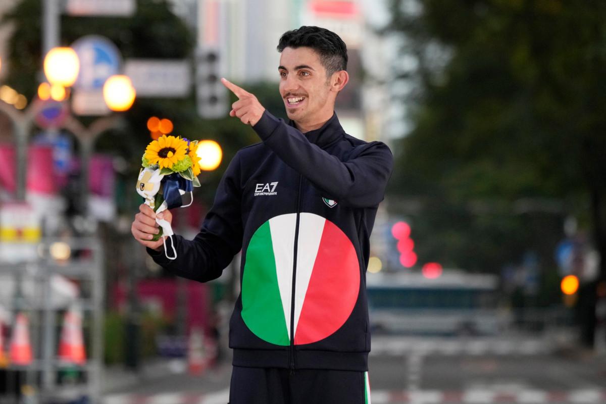 Massimo Stano sul podio olimpico dopo la vittoria nella 20km di marcia