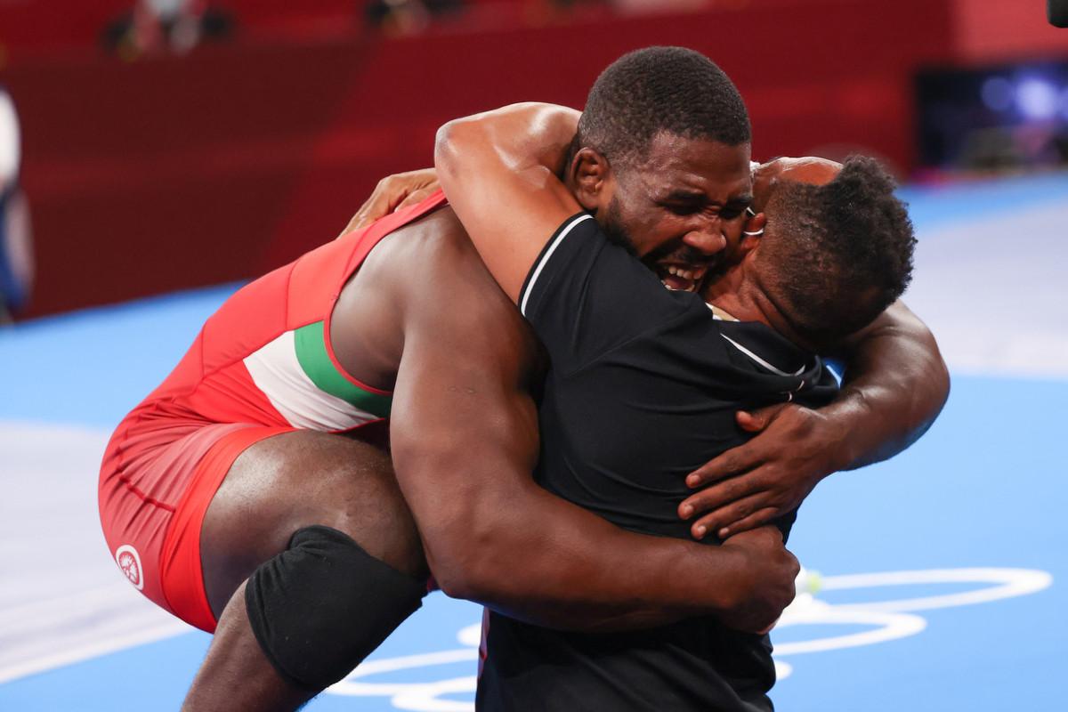 L'abbraccio tra Abraham Conyedo e il suo allenatore dopo la conquista del bronzo olimpico