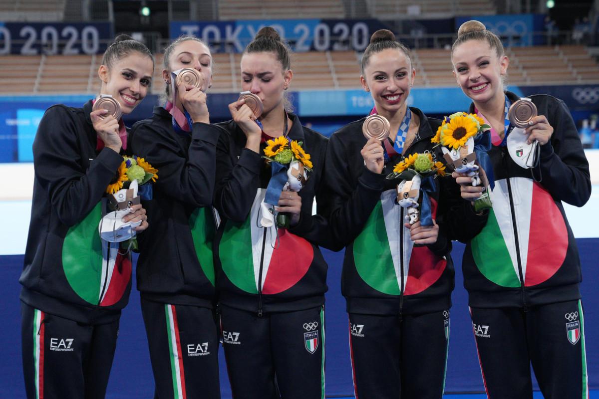 Le Farfalle della ginnastica ritmica festeggiano il bronzo nel concorso a squadre olimpico