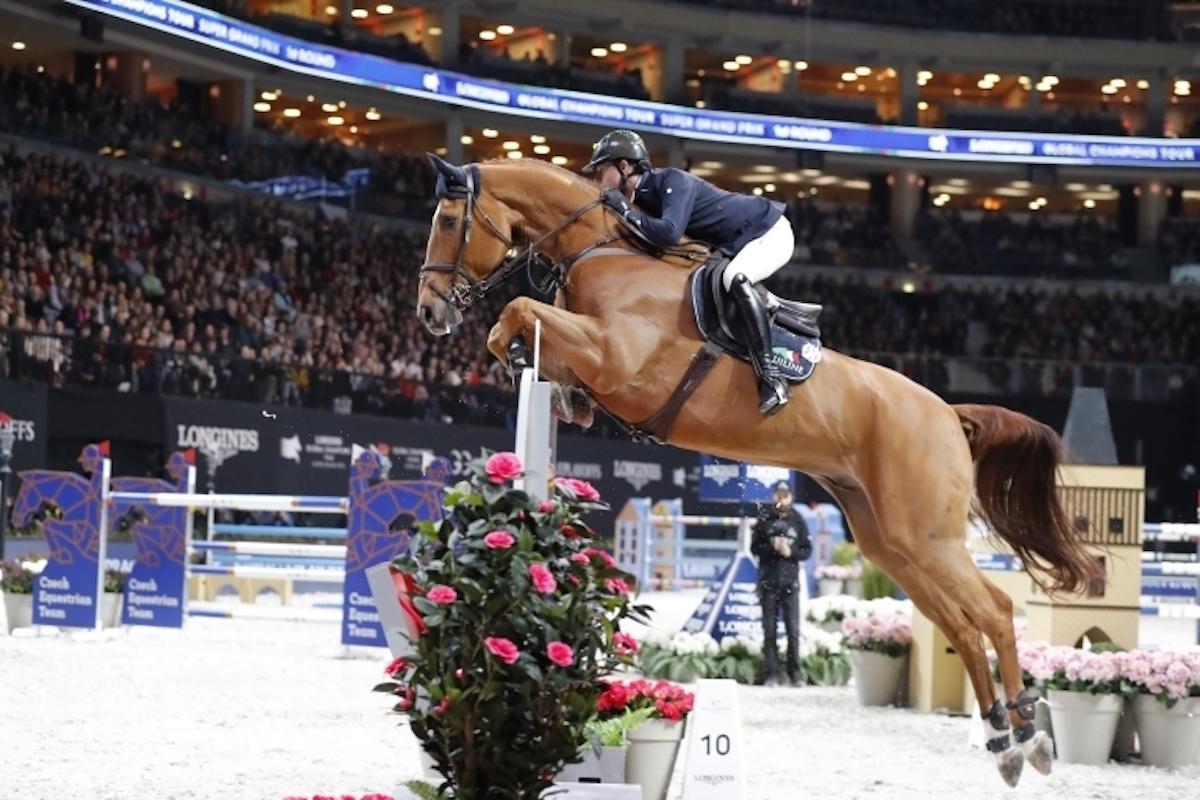 Cavallo e cavaliere durante il salto ostacoli