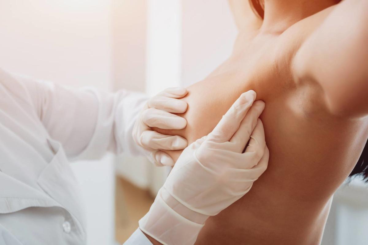 tumore del seno, visita alle mammelle