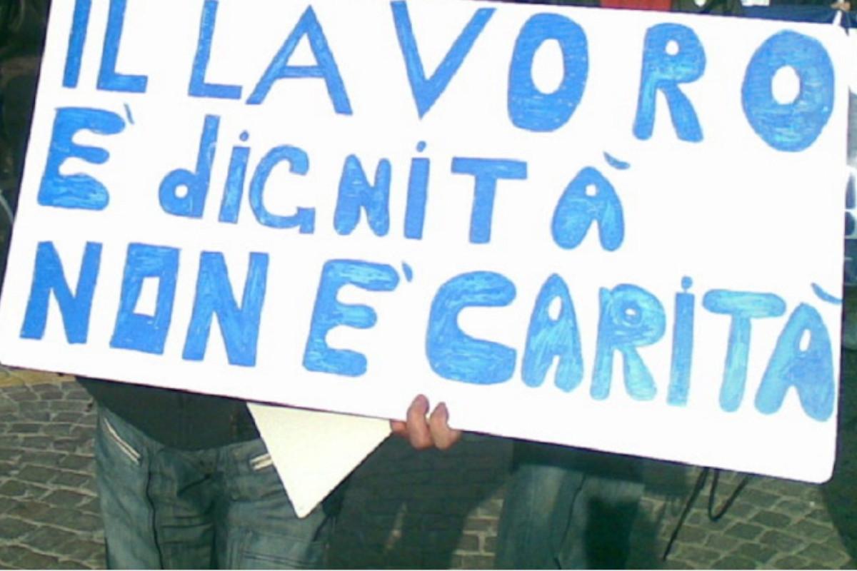 Cartello di protesta sul diritto del lavoro