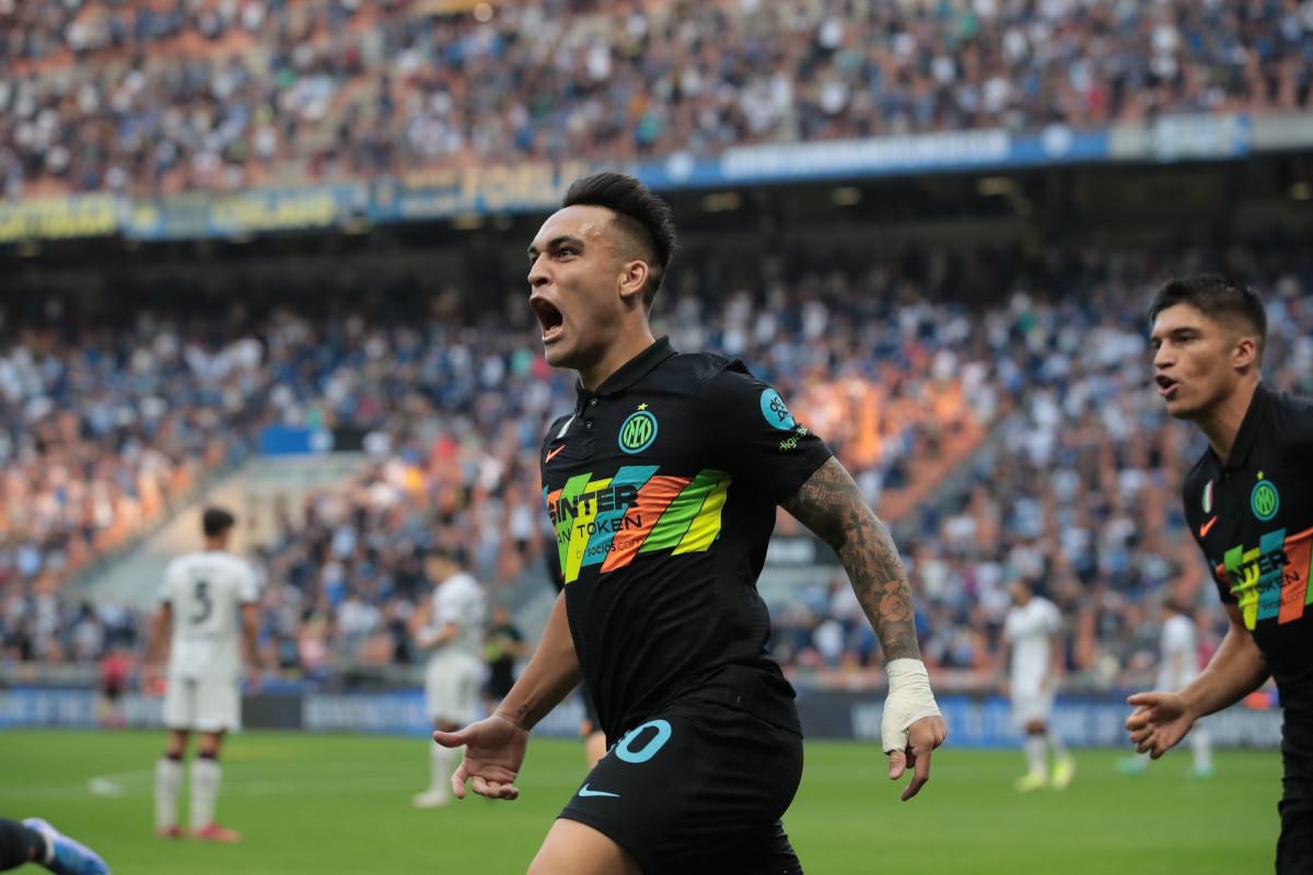 Lautaro Martinez esulta al primo gol dell'Inter sul Bologna