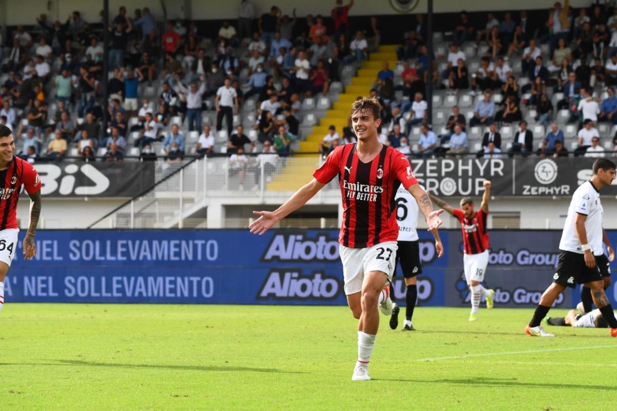 Daniel Maldini esulta dopo aver realizzato il su primo gol in carriera in Serie A