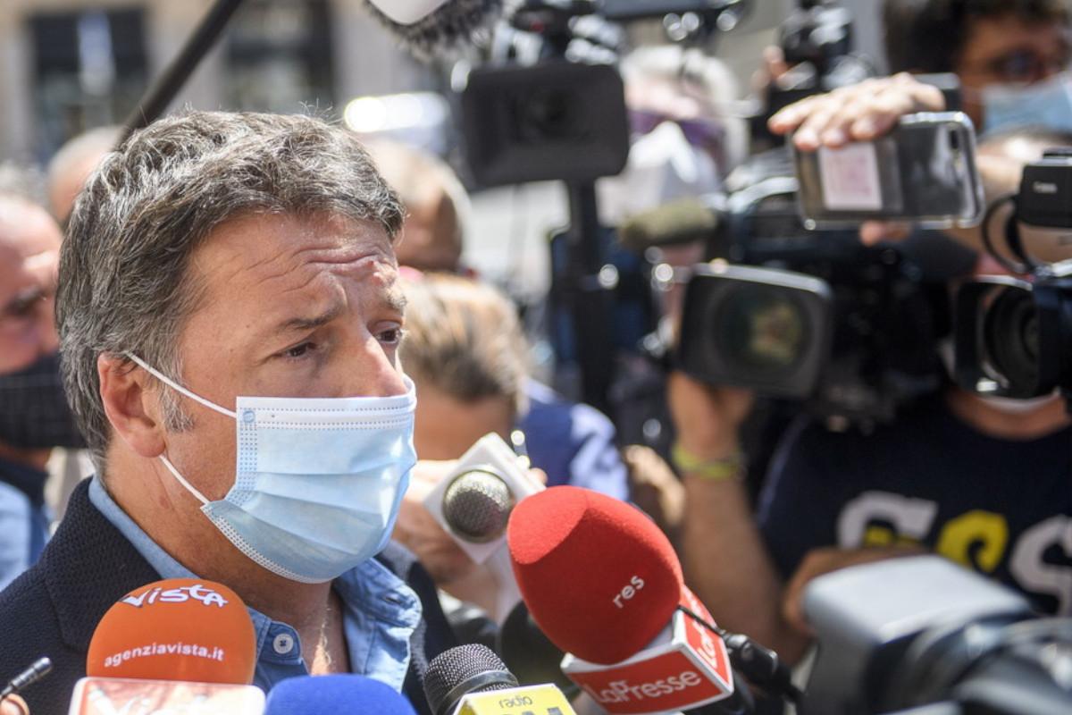 Matteo Renzi in mascherina risponde alle domande dei giornalisti