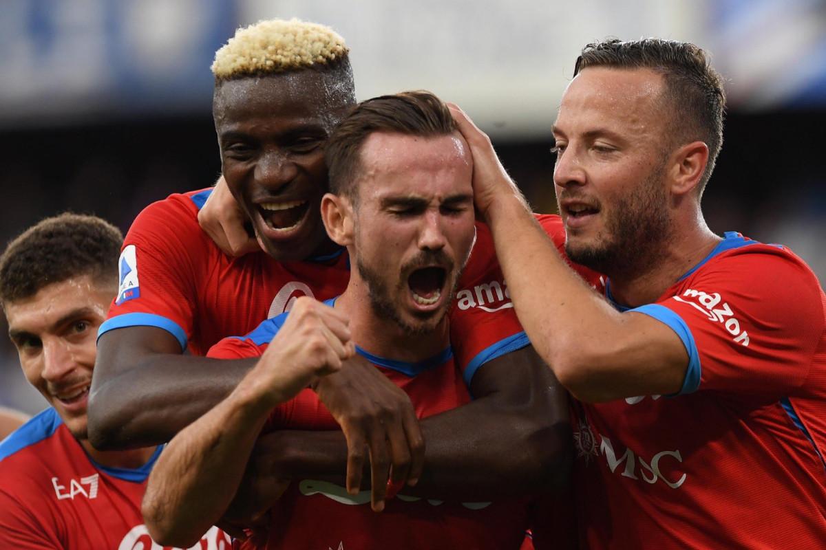 I giocatori del Napoli esultano dopo il gol di Fabian Ruiz