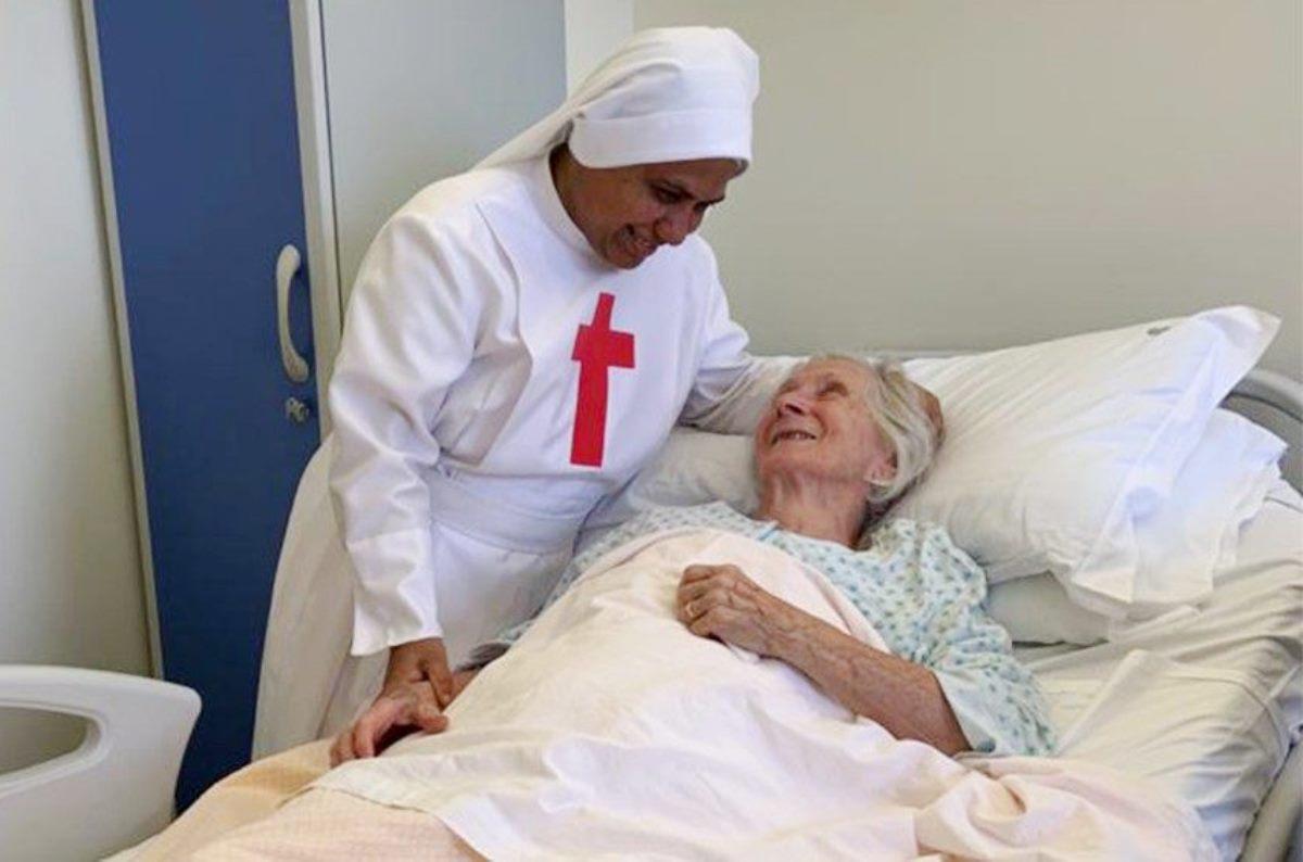 Suora infermiera in ospedale