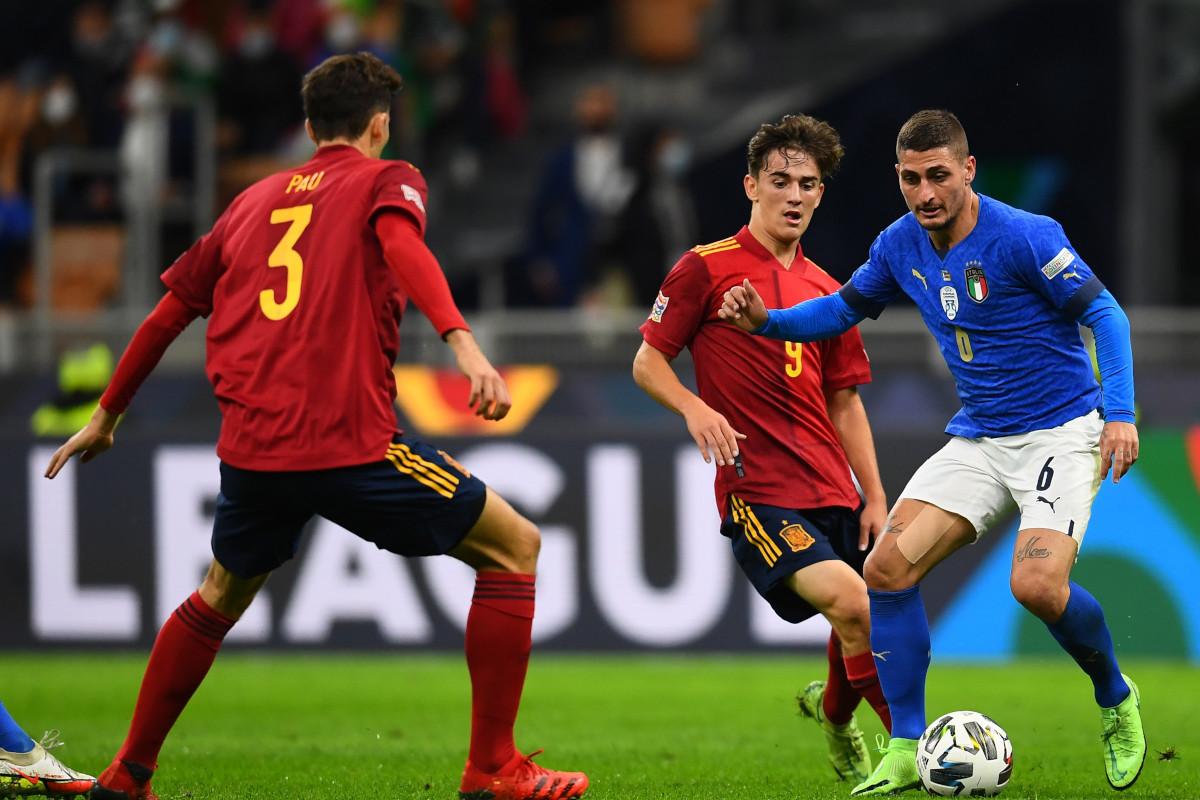 In un momento di gioco tra Italia e Spagna, Marco Verratti tiene palla con due spagnoli vicino